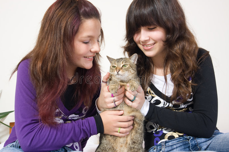 Mädchen, die Katze anhalten stockfotografie