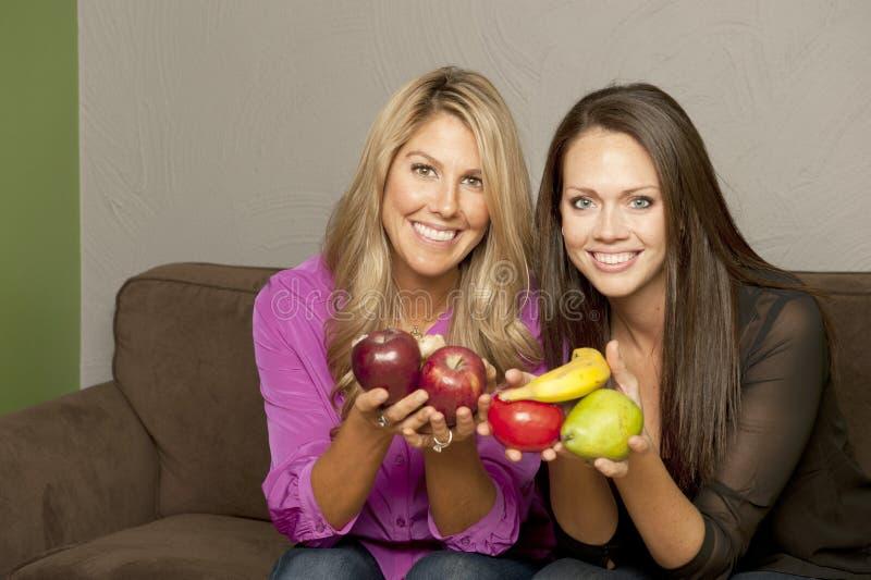Mädchen, die mit Frucht aufwerfen lizenzfreie stockfotos