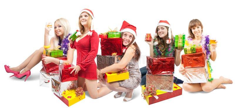 Mädchen, die mit Geschenken sitzen lizenzfreies stockbild