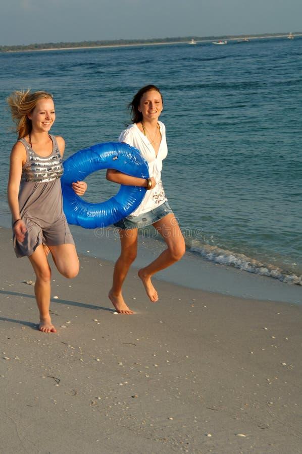Mädchen, die mit Hin- und Herbewegung laufen lizenzfreie stockfotos