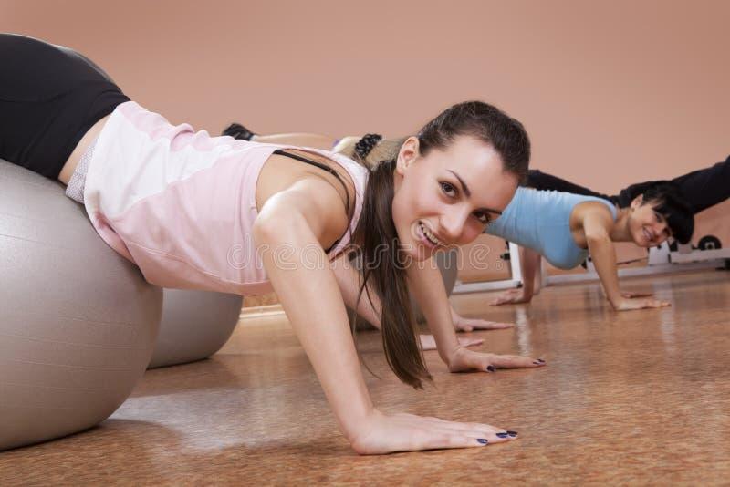 Mädchen, die pilates in einer Gymnastik tun stockbild