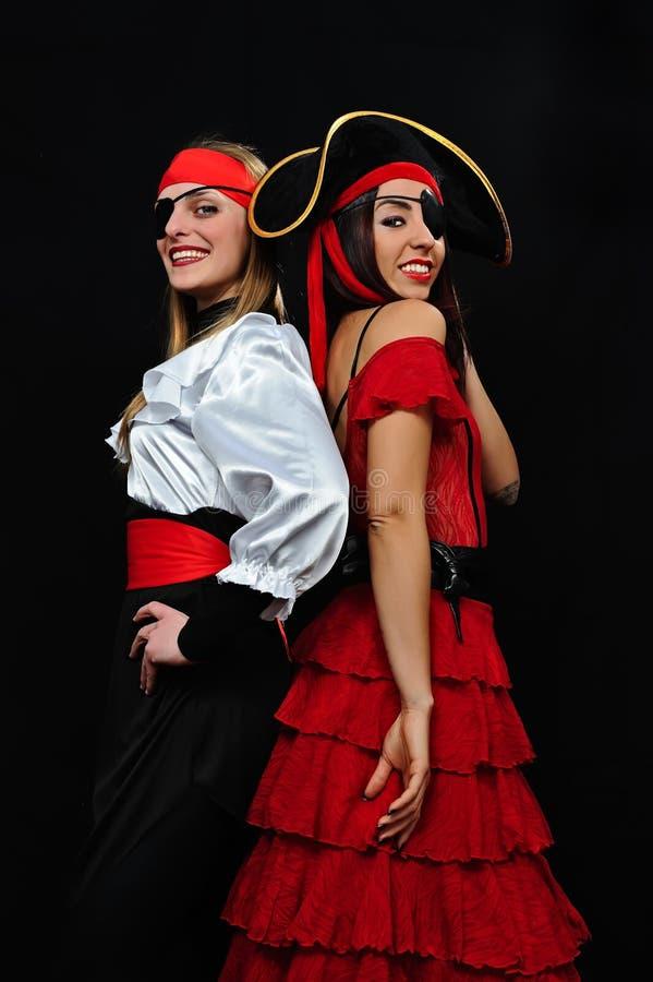 Mädchen, die Piratenkarnevalskostüm und -hut tragen stockfotografie