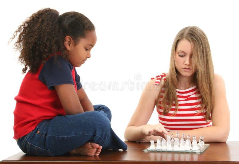 Mädchen, die Schach spielen stockfotos