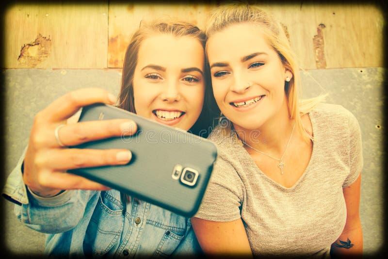 Mädchen, die selfie nehmen stockfotos
