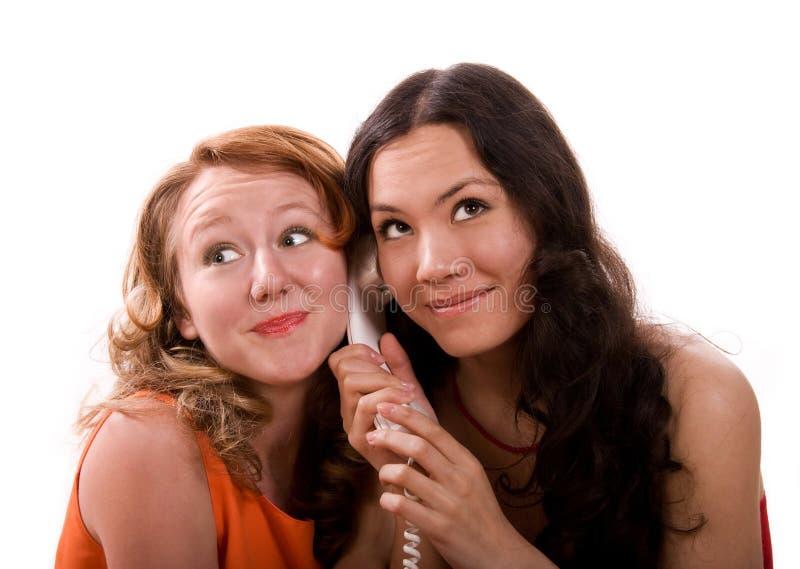 Mädchen, die am Telefon sprechen stockfotografie