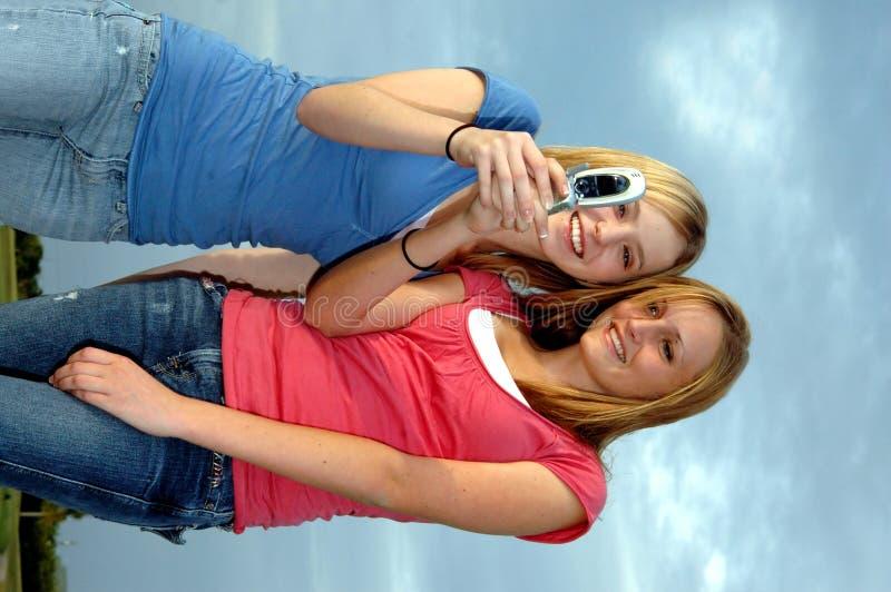 Mädchen, die Textmeldung senden stockfoto