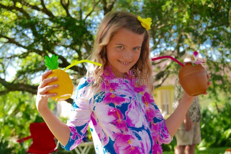 Mädchen, die tropische Getränke in einem hawaiianischen luau halten lizenzfreies stockbild