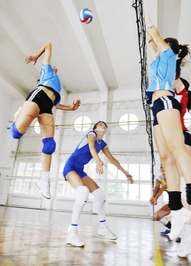 Mädchen, die Volleyballinnenspiel spielen lizenzfreie stockfotos