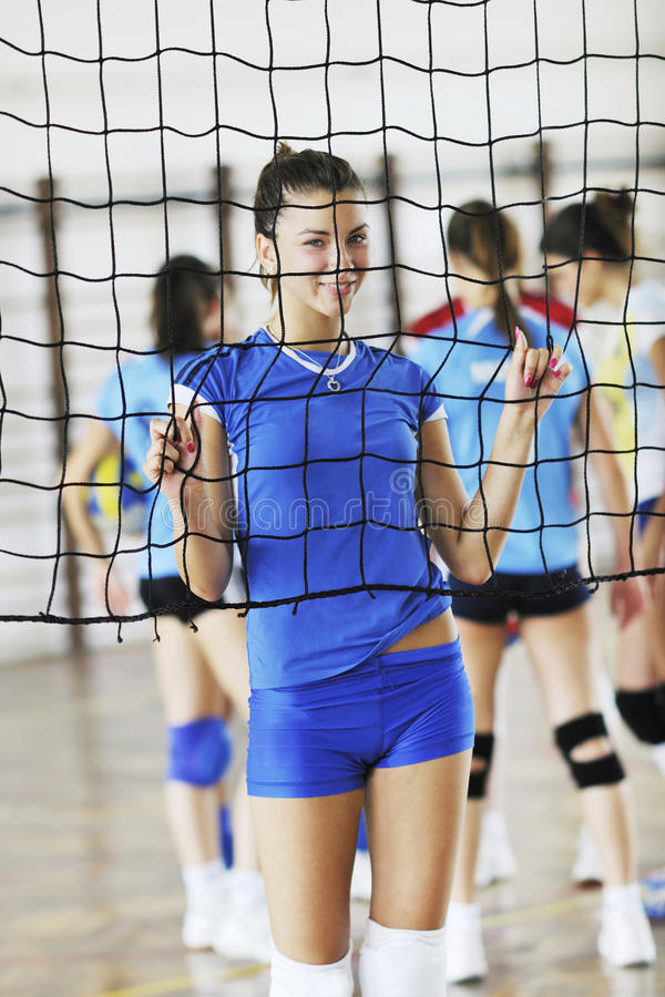 Mädchen, die Volleyballinnenspiel spielen lizenzfreies stockfoto