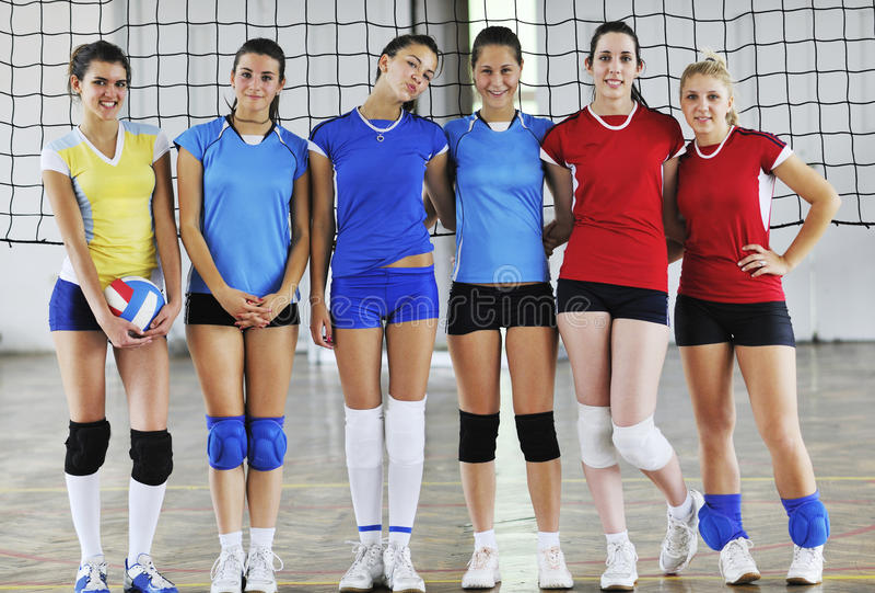 Mädchen, die Volleyballinnenspiel spielen stockbilder