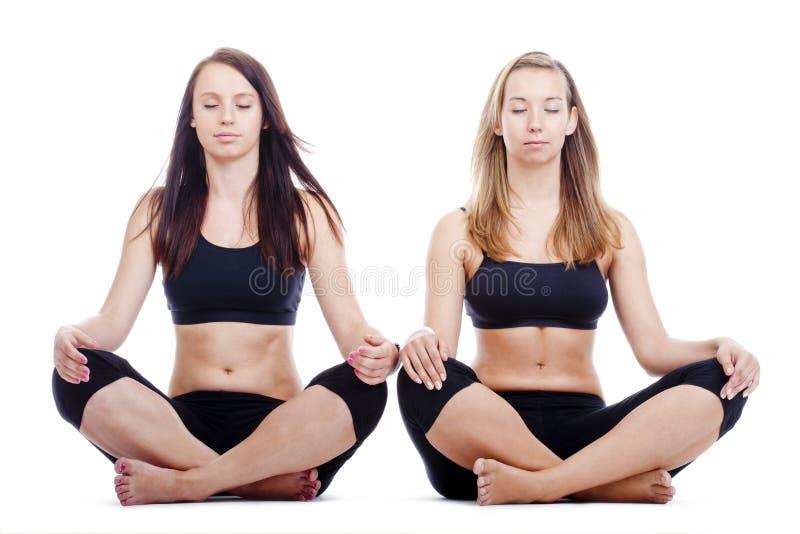 Mädchen, die Yoga ausüben stockfotos