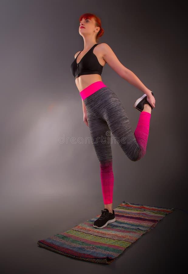 Mädchen, die Yoga machen stockfoto
