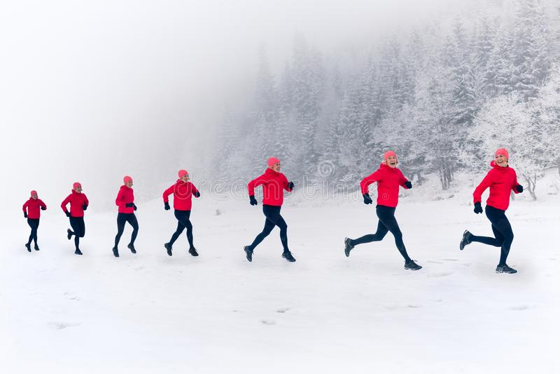 Mädchen, die zusammen auf Schnee in den Winterbergen laufen Sport, Eignungsinspiration und Motivation  stockbild