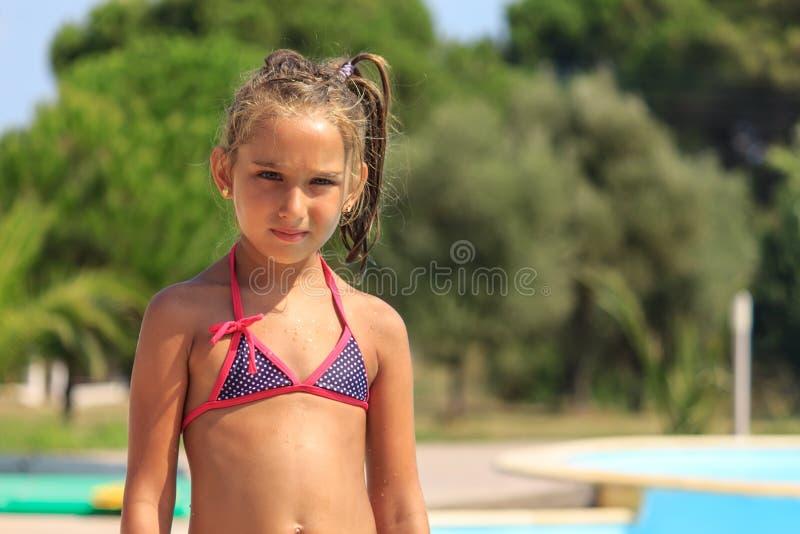 Mädchen durch das Pool stockfotos