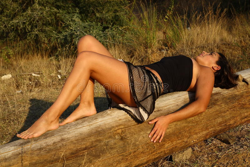 Mädchen durch die Sonne lizenzfreie stockbilder