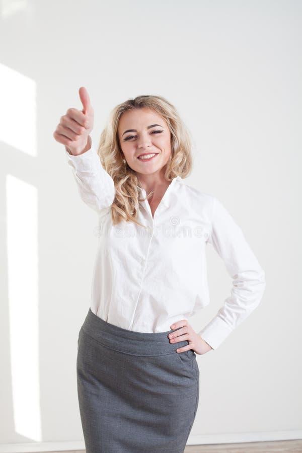 Mädchen in einem Anzug zeigt Charakteren Hände stockbild