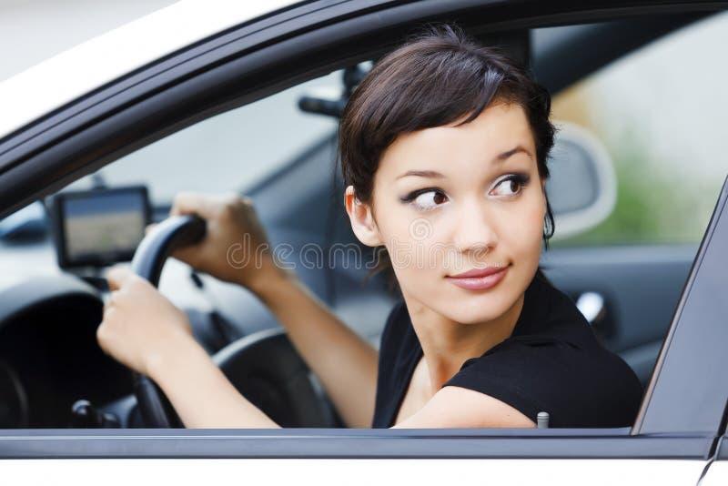 Mädchen in einem Auto stockbild