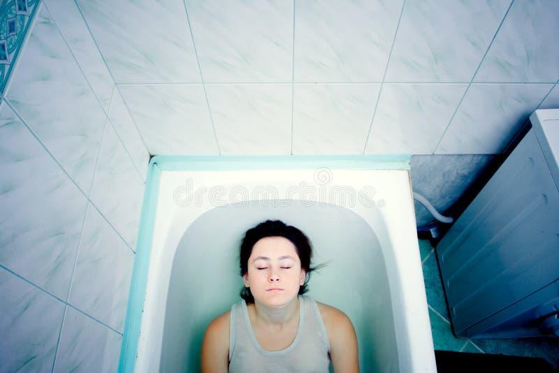 Mädchen in einem Bad stockbild