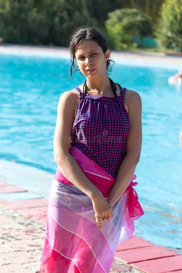 Mädchen in einem Badeanzug im Wasserpark lizenzfreie stockfotos
