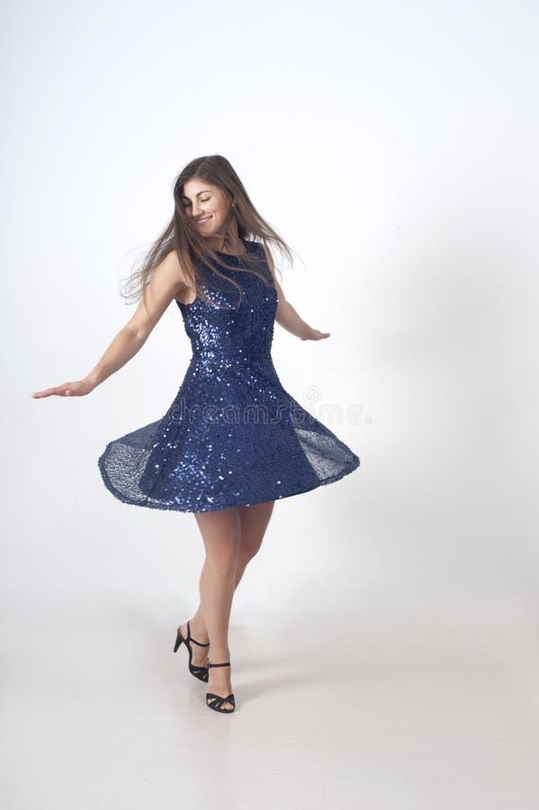 Mädchen in einem blauen Kleid lizenzfreie stockbilder