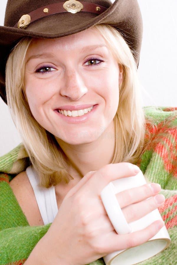 Mädchen in einem Cowboyhut mit Tasse Tee stockfotografie