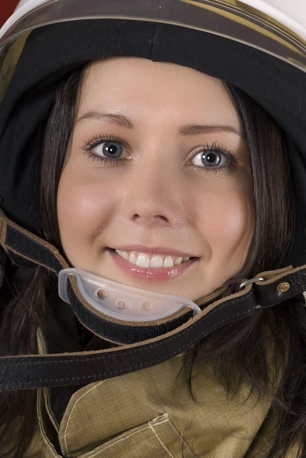 Mädchen in einem Feuerwehrmann `s Sturzhelm lizenzfreie stockfotografie