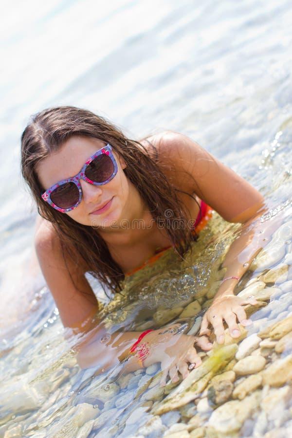 Mädchen in einem freien Meer lizenzfreie stockfotos