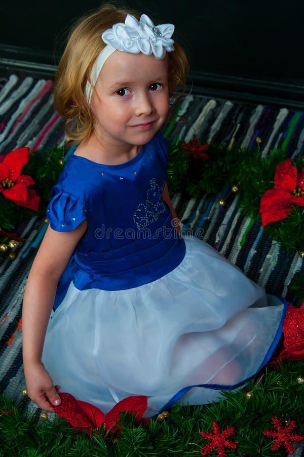 Mädchen in einem hellen Kleid auf schwarzem Hintergrund lizenzfreie stockbilder