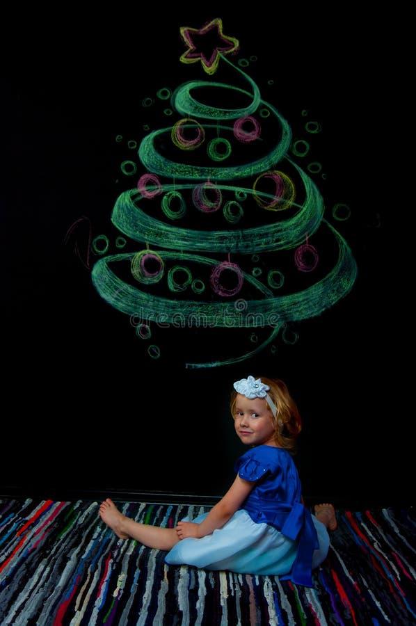Mädchen in einem hellen Kleid auf schwarzem Hintergrund stockfoto