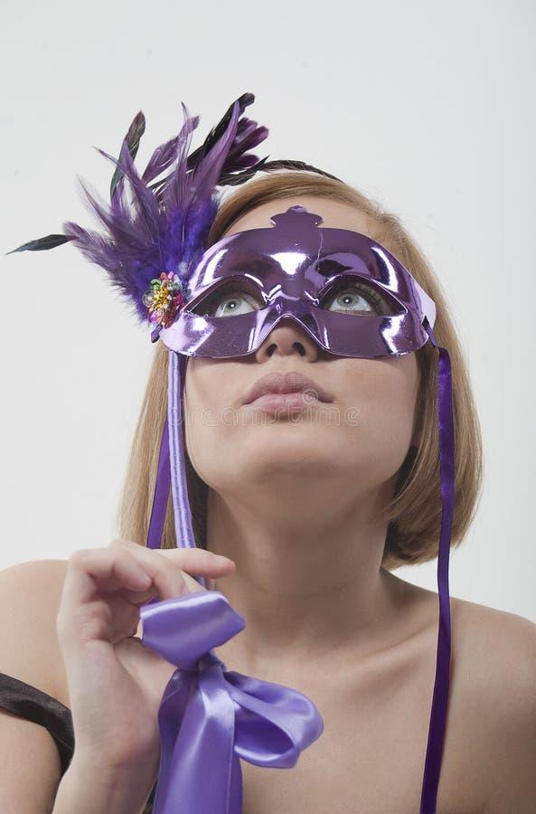Mädchen in einem Karneval eine Schablone im Studio lizenzfreie stockfotos