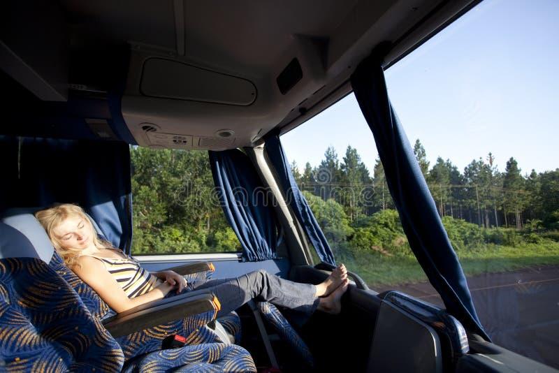 Mädchen in einem Langstreckenbus lizenzfreies stockfoto