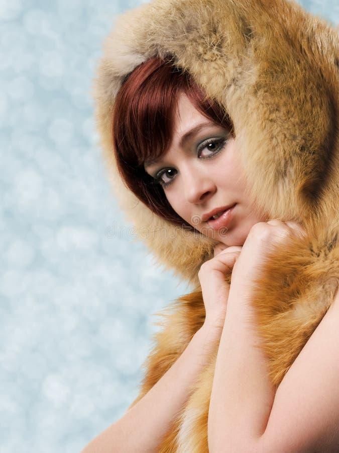 Mädchen in einem Pelzhut stockfotografie