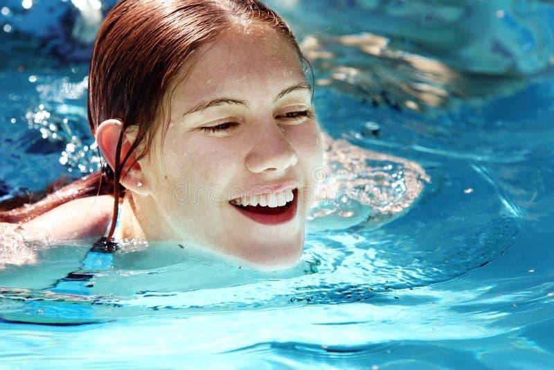 Mädchen in einem Pool lizenzfreie stockbilder
