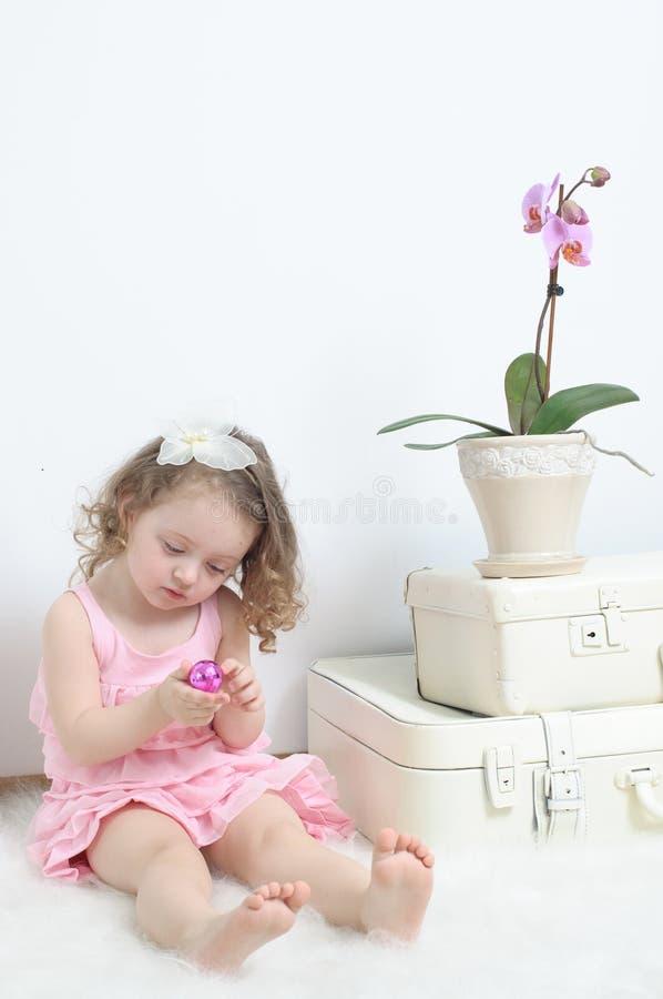 Mädchen in einem rosafarbenen Kleid stockfotografie