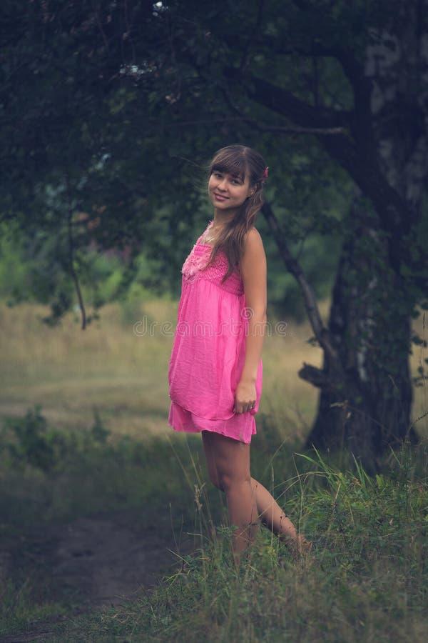 Download Mädchen In Einem Rosafarbenen Kleid Stockfoto - Bild von grün, freude: 26364696