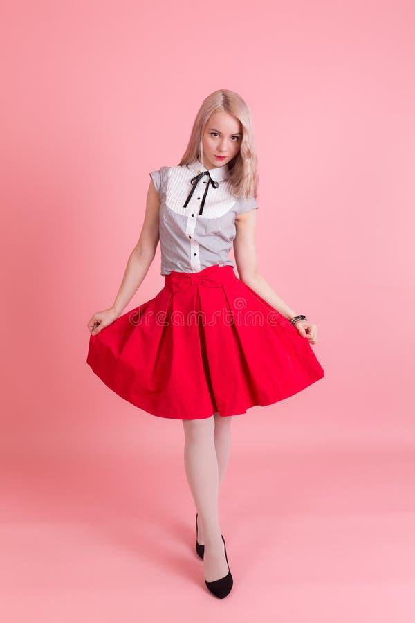 Mädchen in einem roten Rock stockfotos