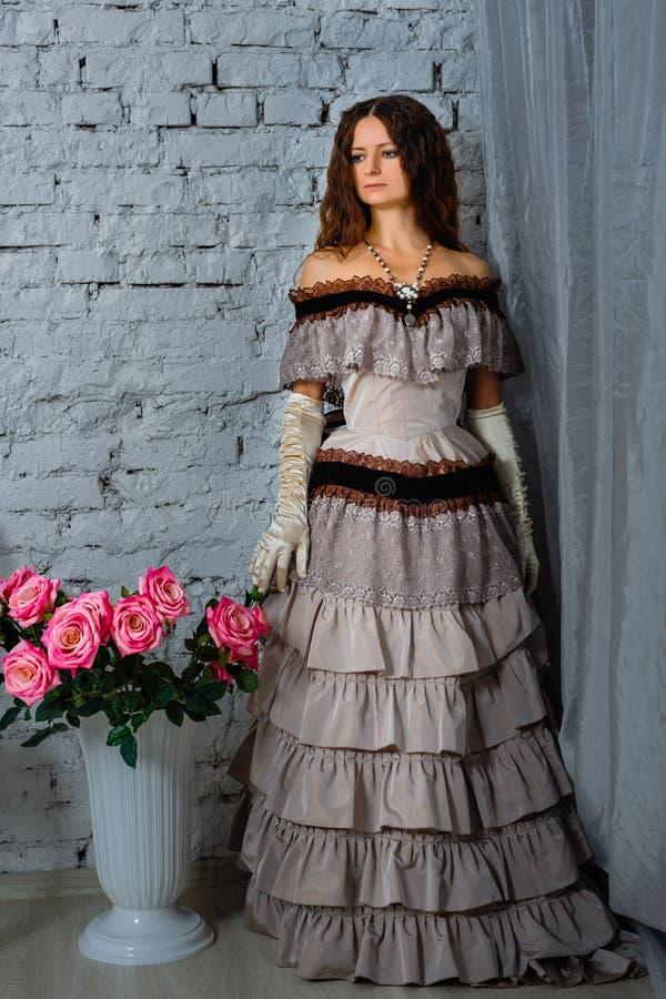 Mädchen in einem schönen historischen Kleid lizenzfreies stockbild