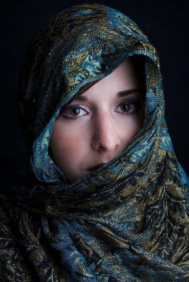 Mädchen in einem Schal lizenzfreies stockbild