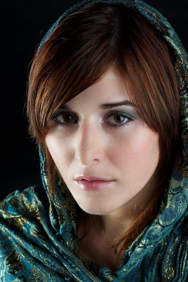Mädchen in einem Schal stockfotos