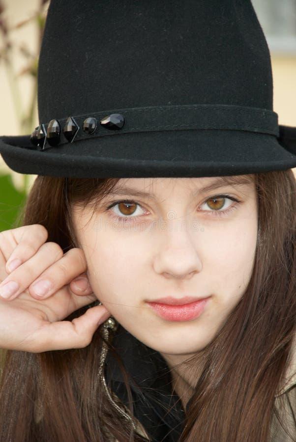 Mädchen in einem schwarzen Hut. Nahaufnahme lizenzfreies stockfoto
