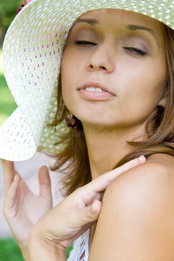 Mädchen in einem Strohhut stockbild