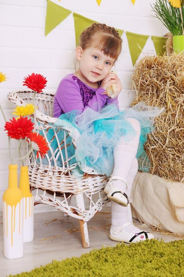 Mädchen in einem Stuhl stockfoto