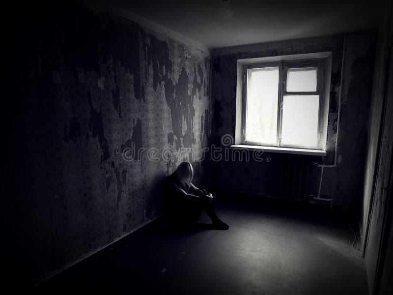 Mädchen in einem verlassenen gruseligen Raum lizenzfreies stockbild
