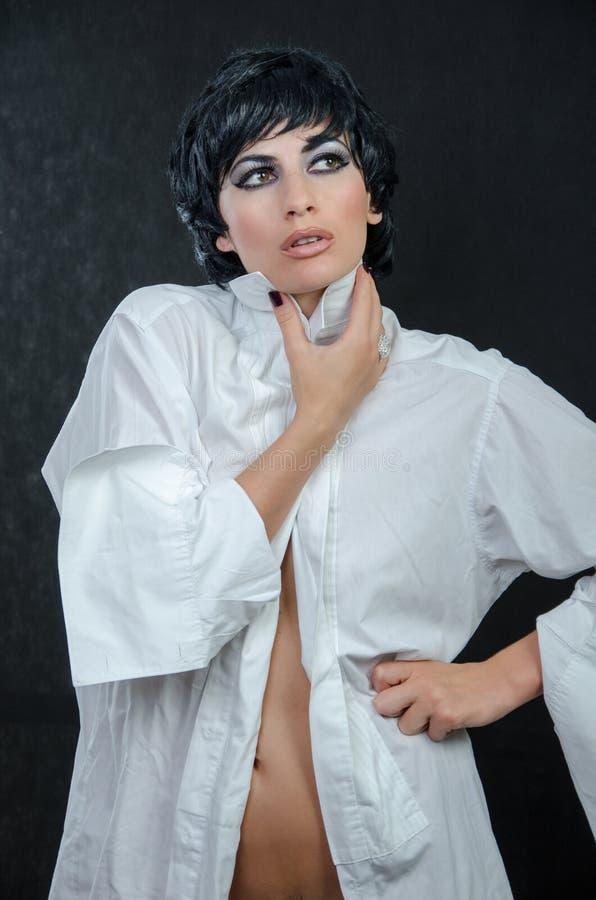 Mädchen in einem weißen Hemd mit gehoben herauf einen Kragen lizenzfreie stockfotografie