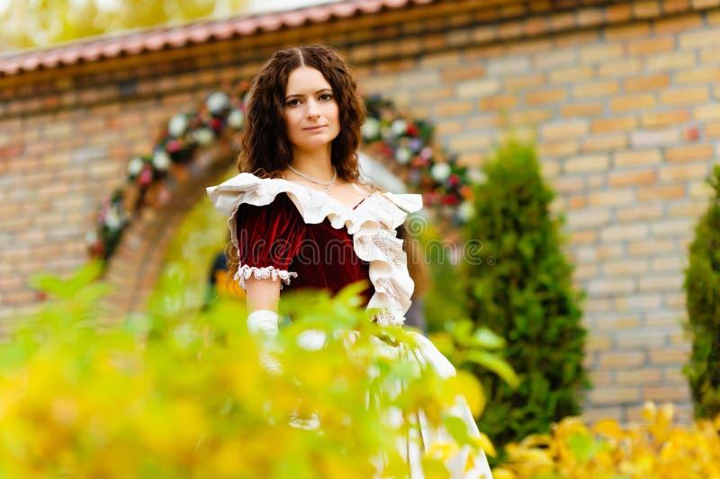 Mädchen in einem Weinlesekleid stockbilder