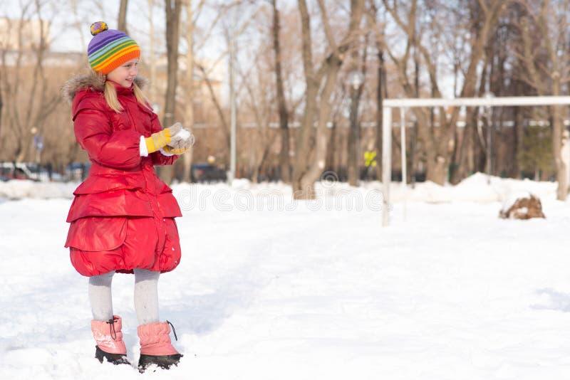 Mädchen in einem Winterpark stockfoto