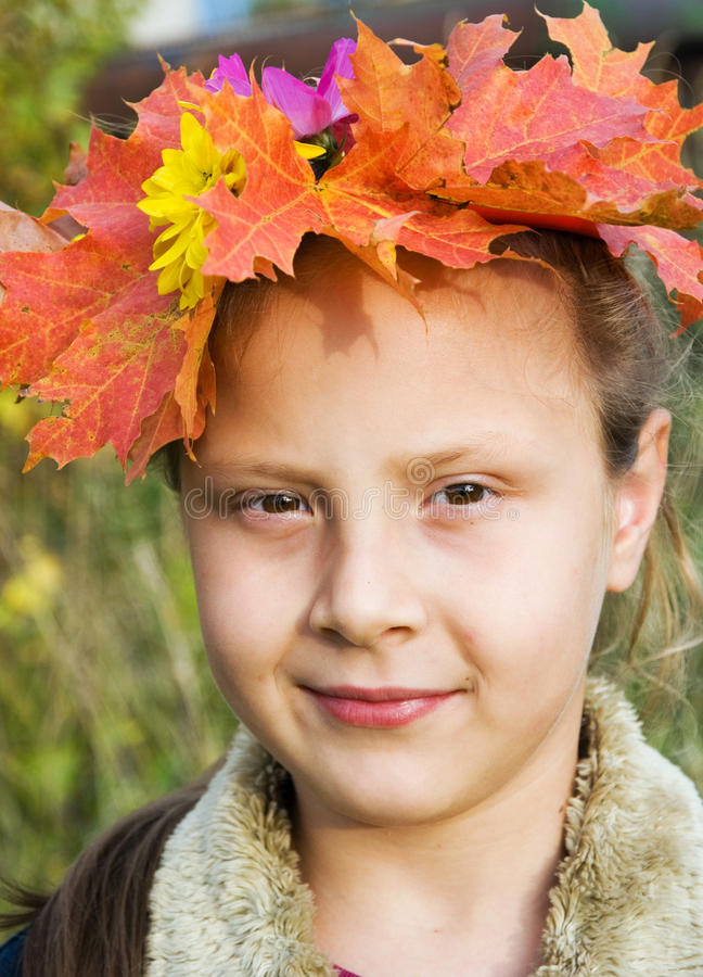 Mädchen in einem Wreath der Herbstblätter lizenzfreie stockfotografie