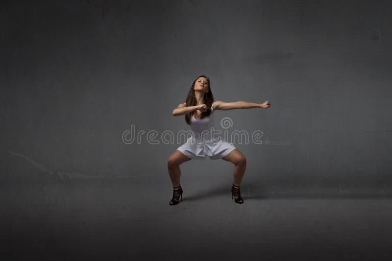 Mädchen in einer Kampfkunsthaltung stockfotografie