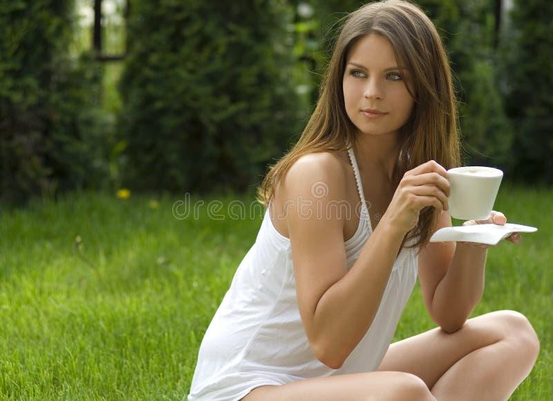 Mädchen in einer Wiese die Sonne genießend stockbild