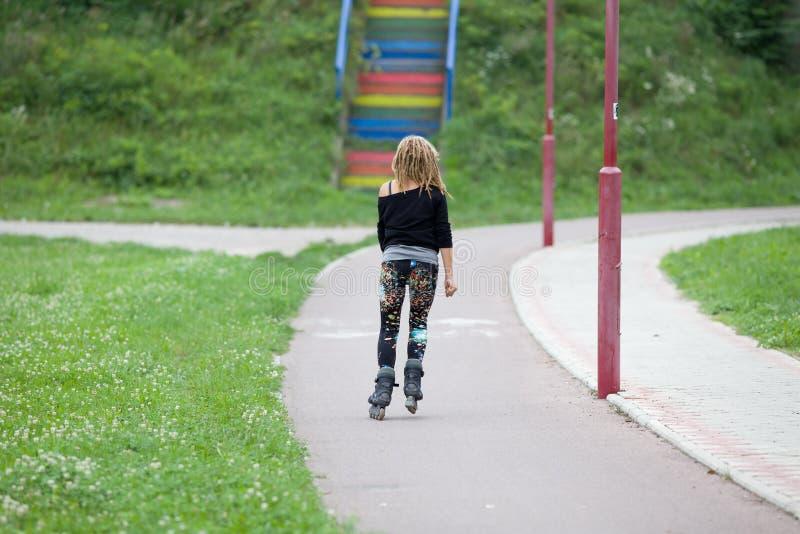 Mädchen-Eislauf lizenzfreie stockbilder